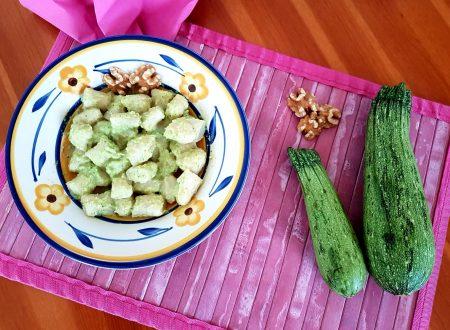 Gnocchi acqua e farina al pesto di zucchine e noci