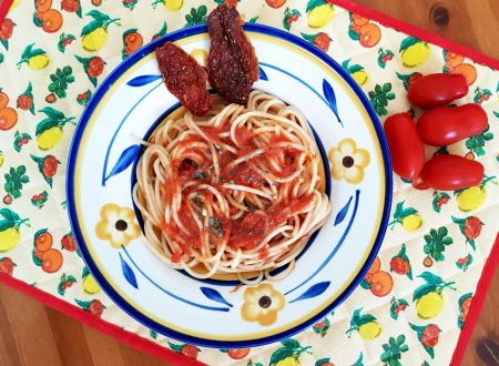 Spaghetti con sugo saporito al pomodoro