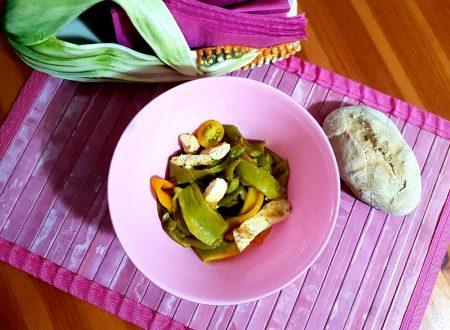 Insalata di pollo, peperoni e datterini gialli