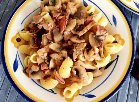 Pasta alle castagne, funghi e prosciutto crudo