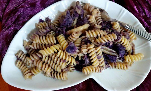 Pasta al tonno, cavolo viola, olive e capperi