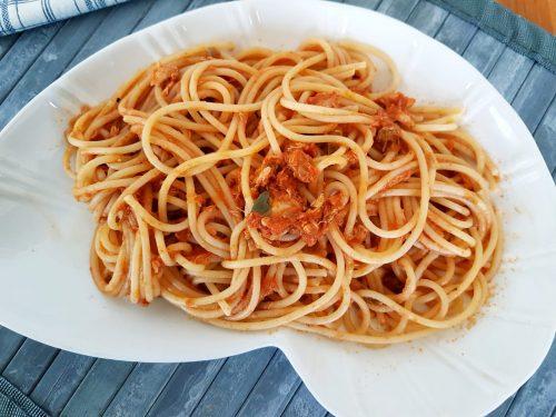 Spaghetti al tonno, capperi e origano