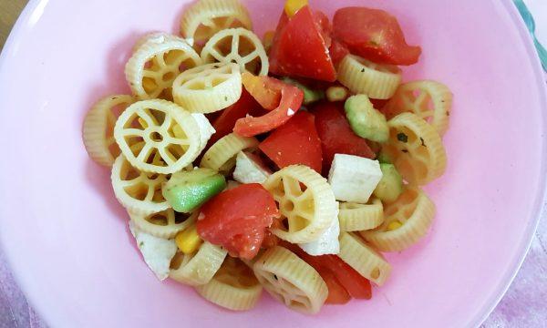 Pasta fredda con avocado, pomodori e primo sale