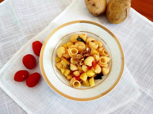 Pasta con patate, pomodorini e noci