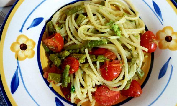 Spaghetti con asparagi, datterini e crema di avocado