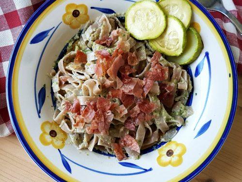 Tagliatelle colorate al pesto di zucchine e prosciutto croccante