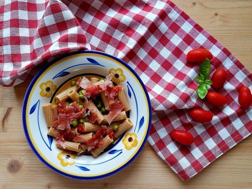 Pasta con piselli, speck e pomodori datterini