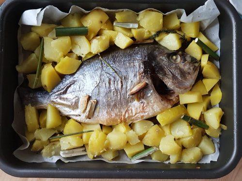 Orata al forno con patate e finocchio