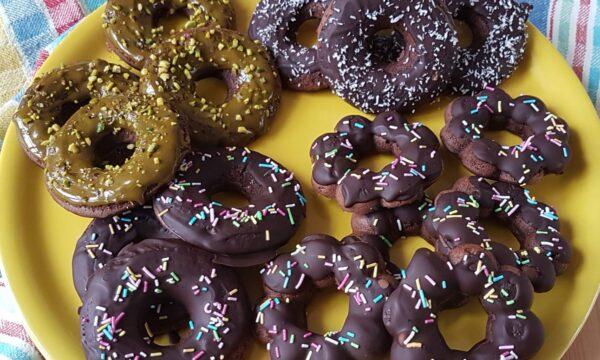 Ciambelline al cacao con cioccolato e pistacchio