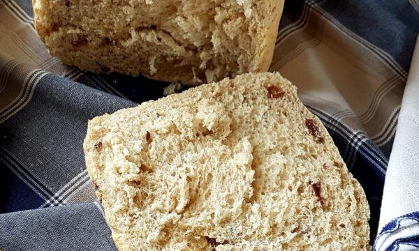 Pane all'uvetta con macchina del pane