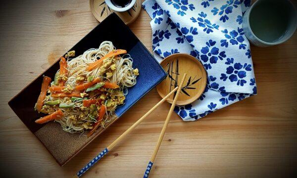Spaghetti di riso integrale con verdure e uova