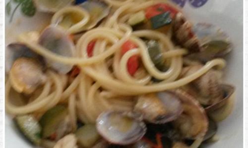 Spaghetti gamberetti vongole e zucchine