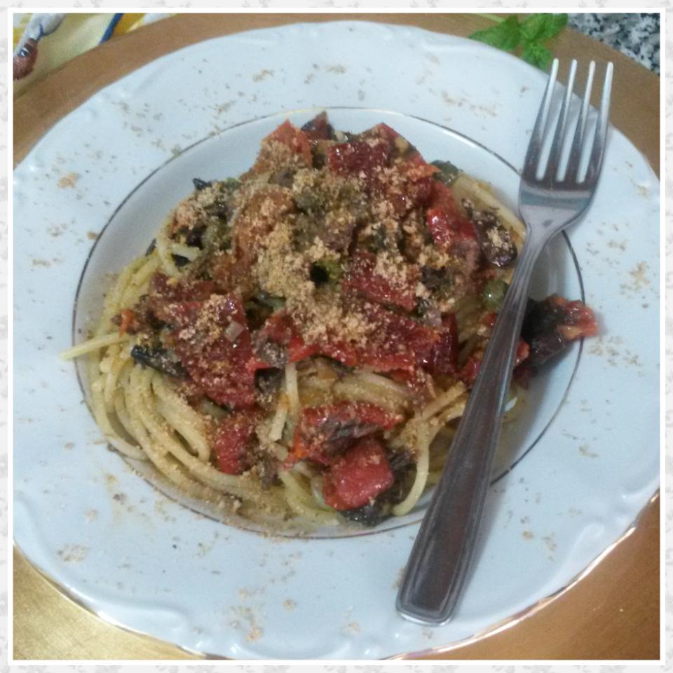 Spaghetti buzzonaglia pomodoro secco e olive