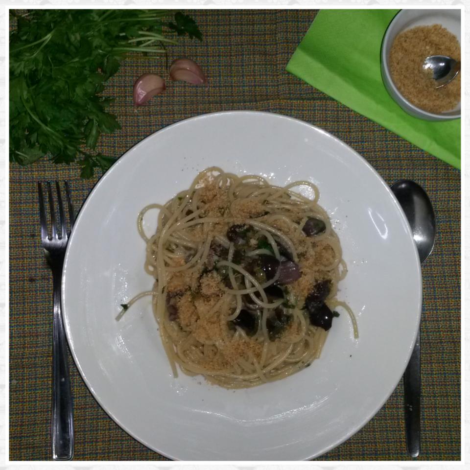 Spaghetti aglio, olive e capperi saporiti