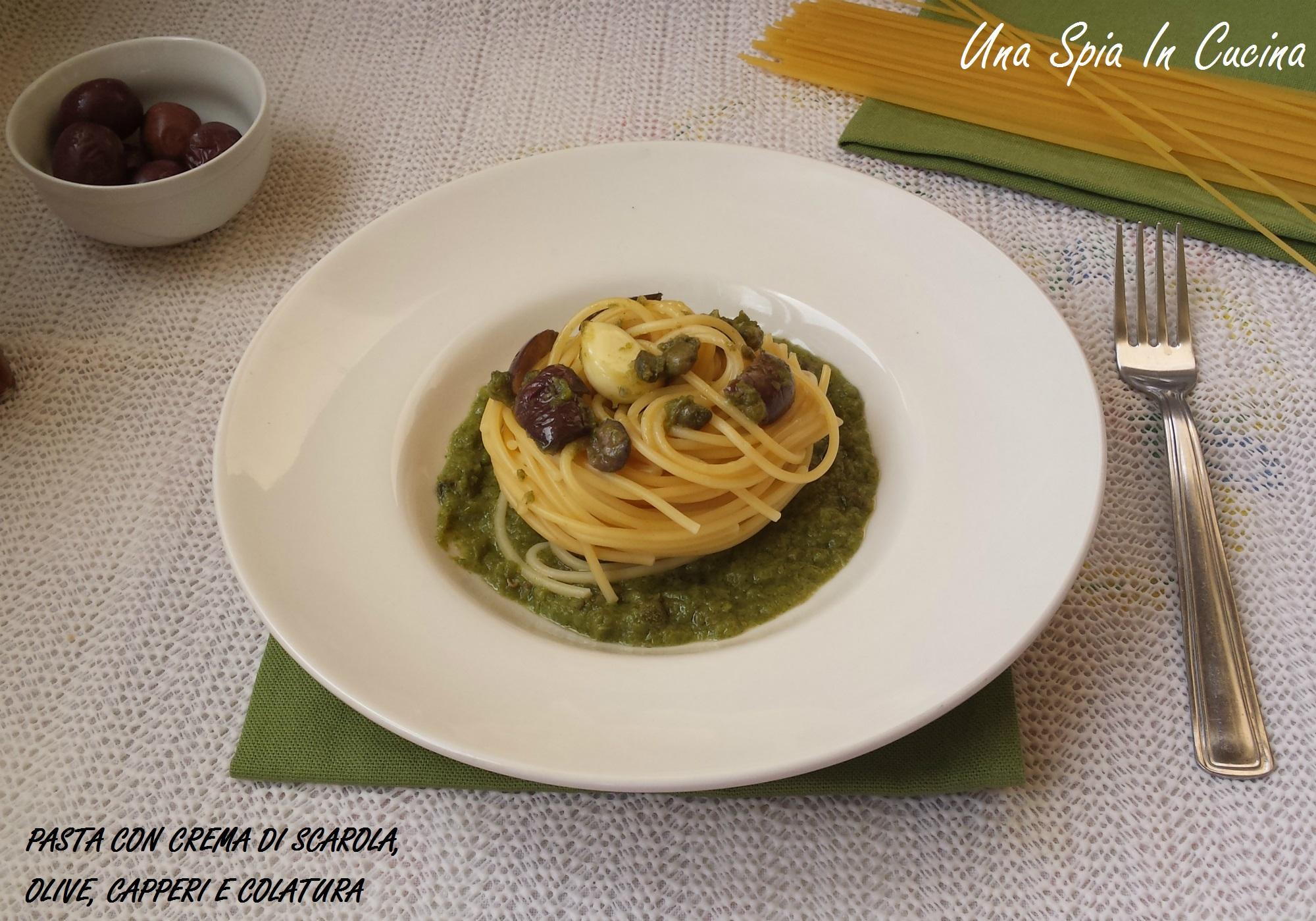 Pasta con crema di scarola, olive, capperi e colatura