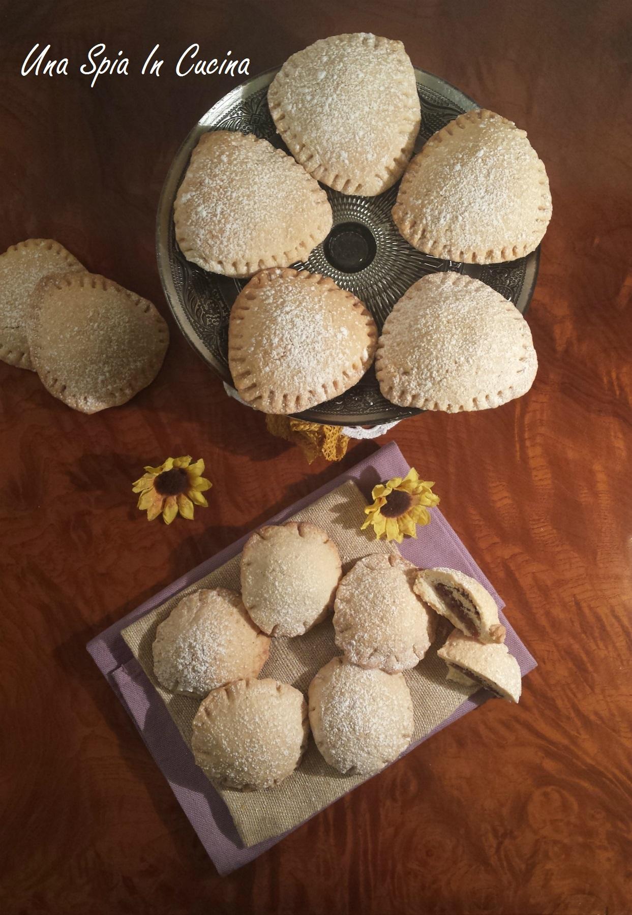 Biscotti ripieni di frutta secca, cioccolato e confettura