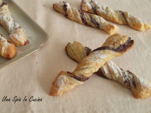 Torcetti di pasta sfoglia con crema Novi