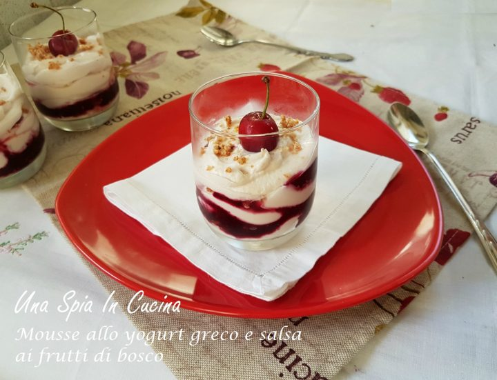 Mousse allo yogurt greco e salsa ai frutti di bosco