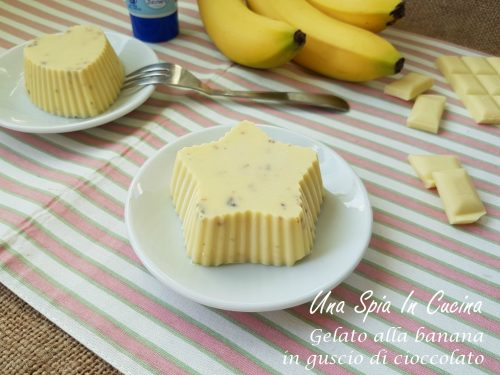 Gelato alla banana in guscio di cioccolato bianco