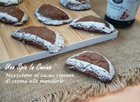 Mezzelune al cacao ripiene di crema alle mandorle