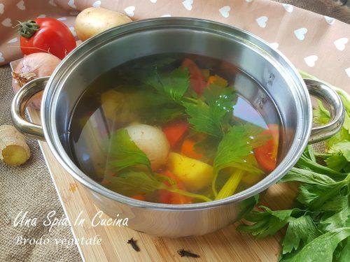 Brodo vegetale per risotti, minestre o zuppe