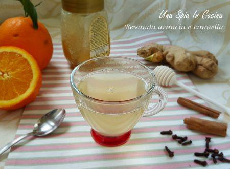 Una calda bevanda arancia e cannella con miele