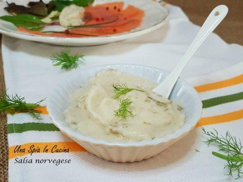 Salsa norvegese deliziosa sul salmone affumicato
