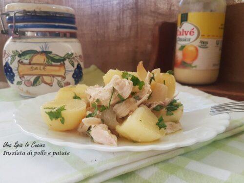 Insalata di pollo e patate con cipolle infornate