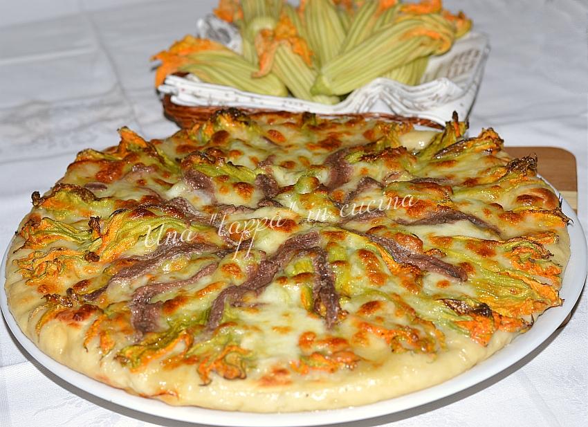 Pizza con fiori di zucca e alici