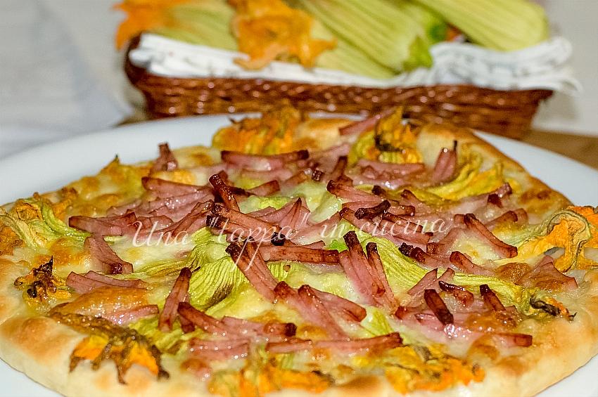 Focaccia con fiori di zucca, cotto a julienne e mozzarella di bufala