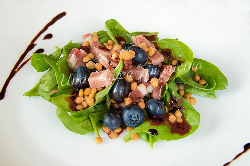 Insalata spinacino con speck croccante lenticchie e mirtilli
