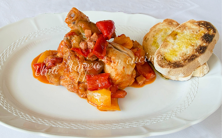 Pollo con peperoni e pancetta affumicata