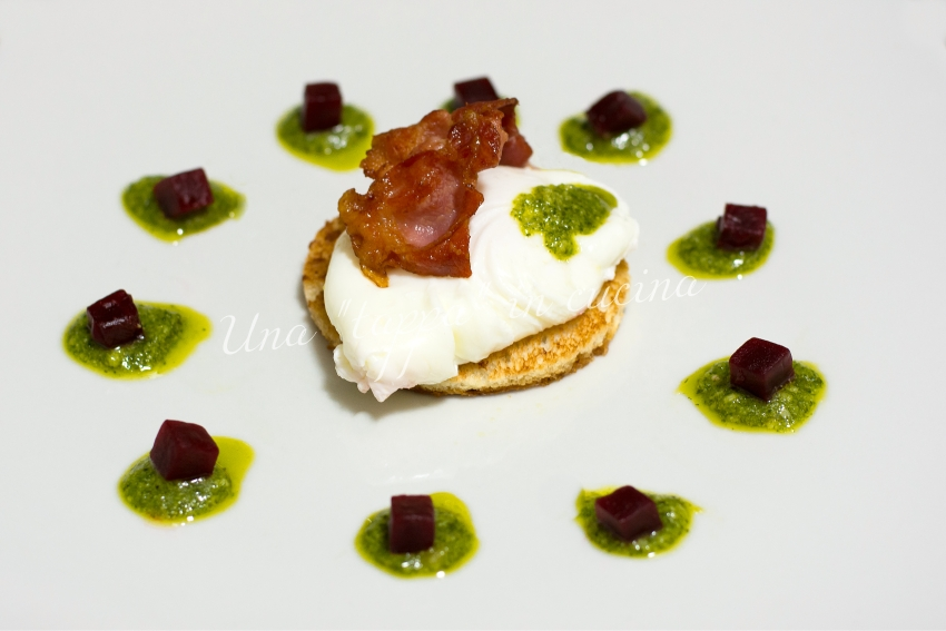 Crostini con uova in camicia bacon e pesto alla genovese