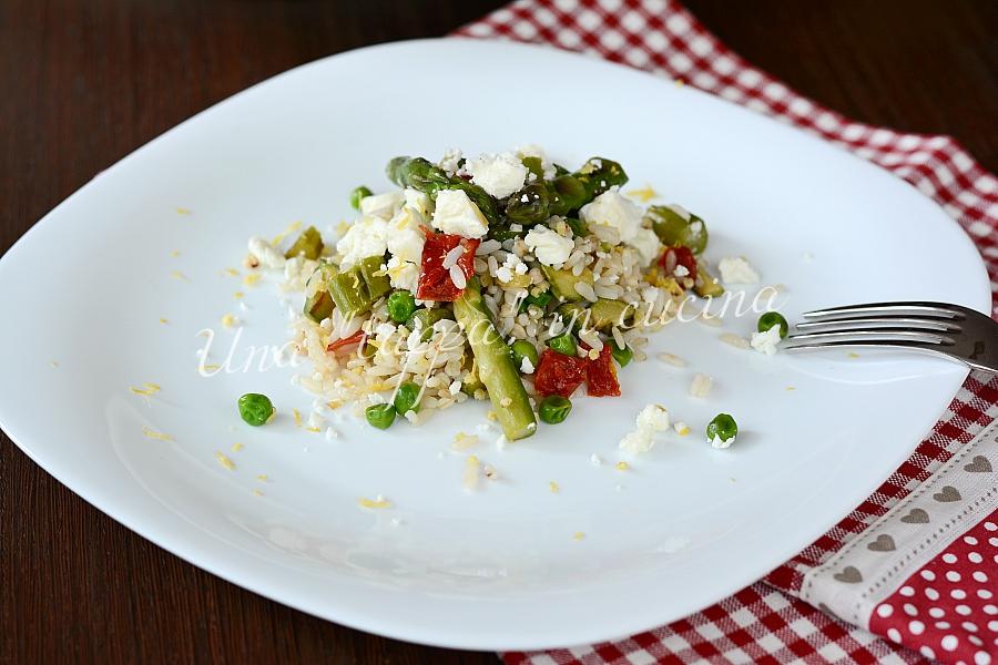 Insalata di cereali con asparagi zucchine e feta