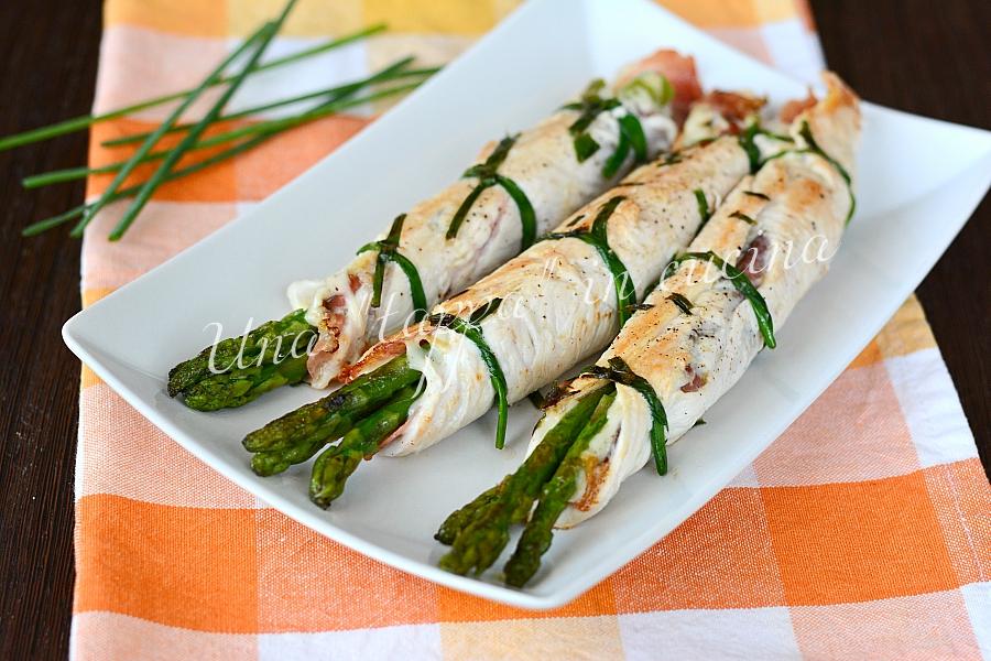 Cannoli di pollo con speck e asparagi