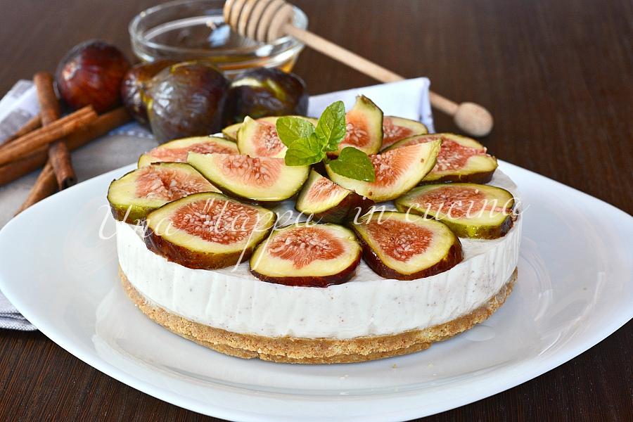 Cheesecake con yogurt greco cannella miele e fichi