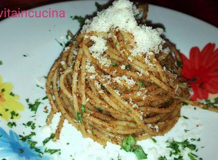 Spaghetti con mollica e acciughe