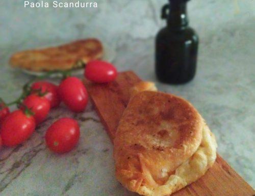 Panzerotti con pomodoro e mozzarella