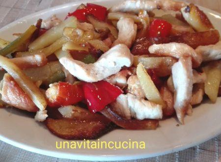 Straccetti di pollo con patate e peperoni