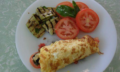 Omelette con pomodori e zucchine grigliate