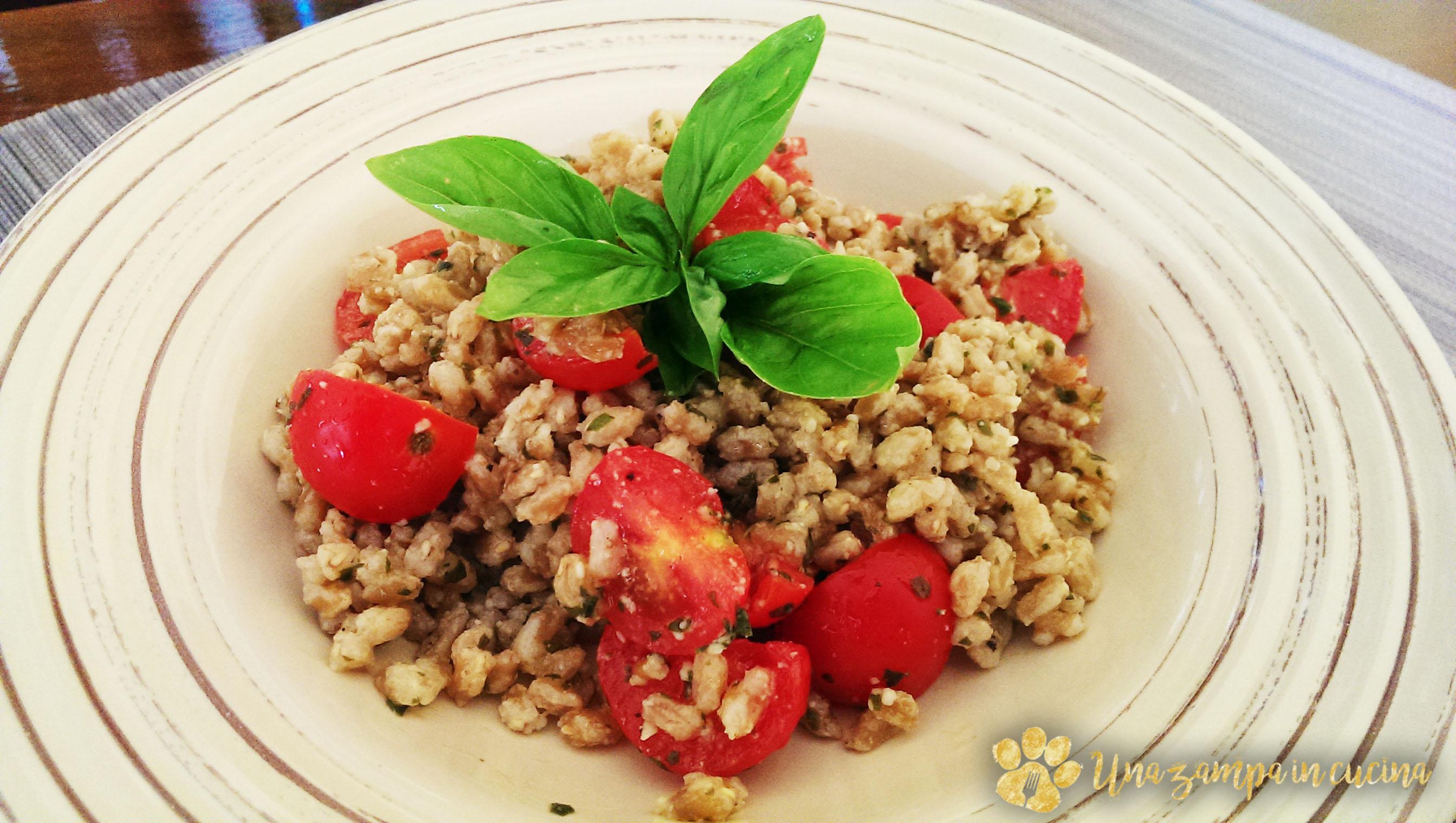 Farro con pesto di basilico e pomodori pachino