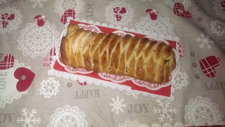 Tronchetto di pasta sfoglia e cioccolato fondente. Ricetta di Natale velocissima
