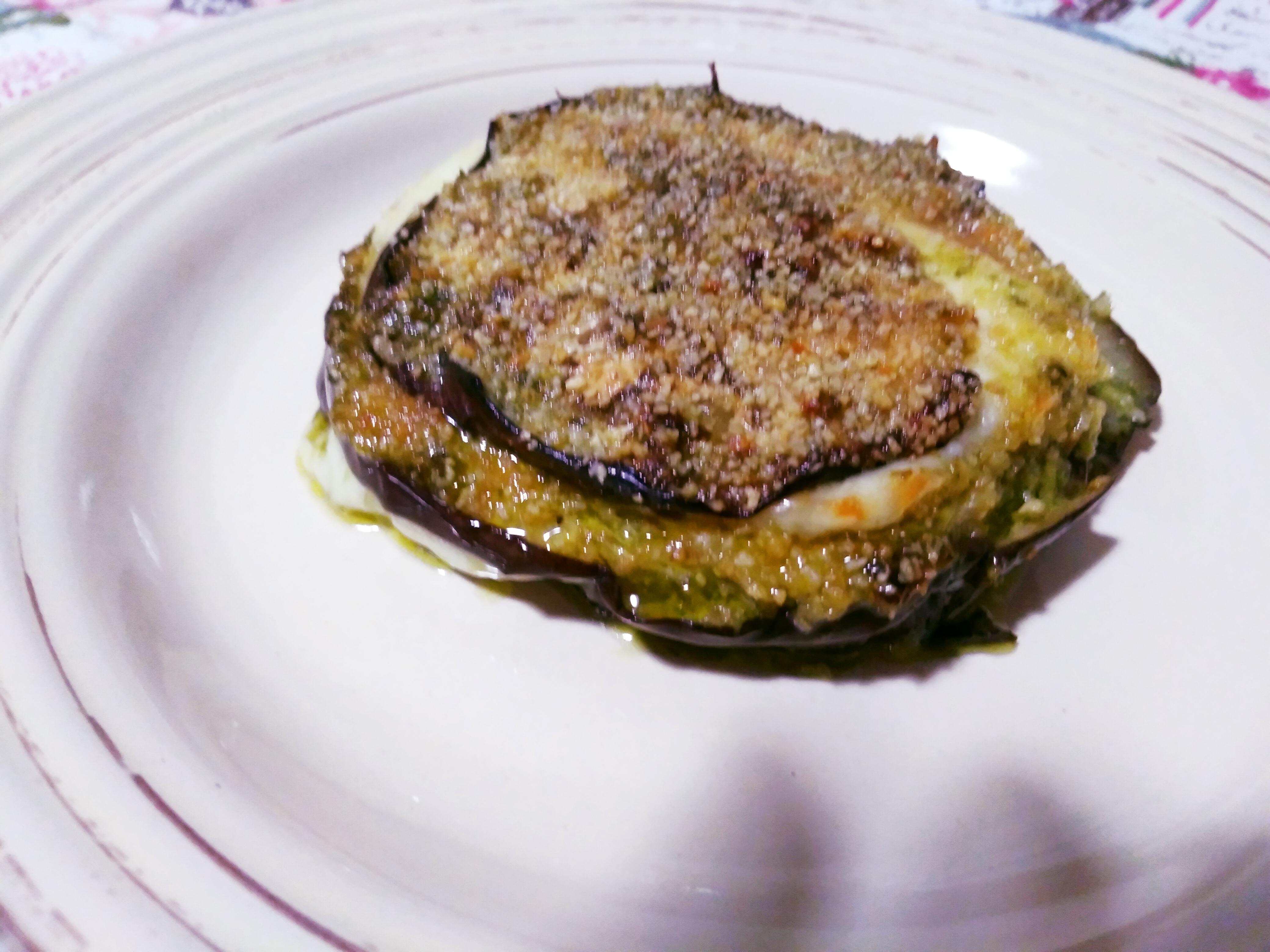 Parmigiana di melanzane bianca con pesto e mozzarella