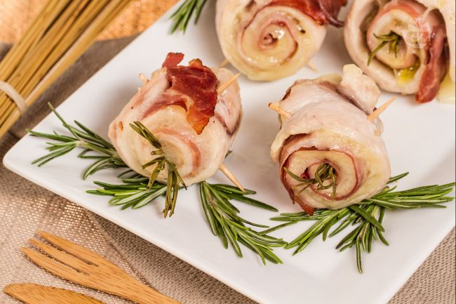 Involtini petto di pollo, pancetta, scamorza