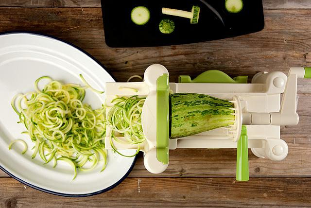 Spaghetti di zucchine con pesto di Avocado e Basilico: Zoodles con pesto