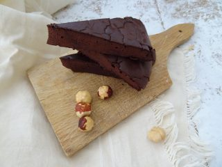 Torta al cioccolato con soli 3 ingredienti. Dolci life120, ricetta Paleo, Cheto, Senza glutine, senza zucchero, senza burro.
