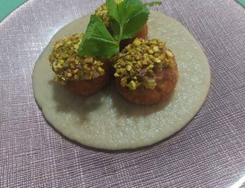 Polpette di pesce spada su crema di melanzane con granella di pistacchio