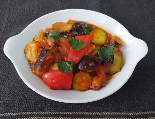Ciambotta di peperoni, zucchine e melanzane.