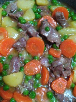 spezzatino di vitello con patate, carote e piselli
