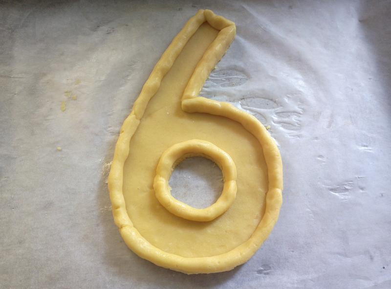 Crostate di crema e frutta a forma di numero